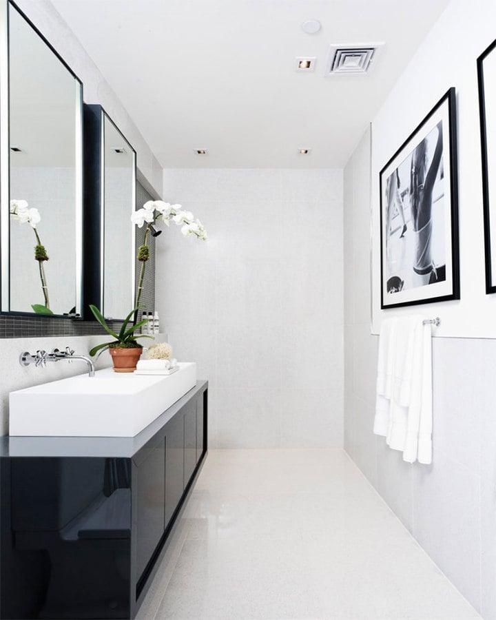 Foto ba o con cuadros en blanco y negro de elenatorrente for Banos blancos con negro