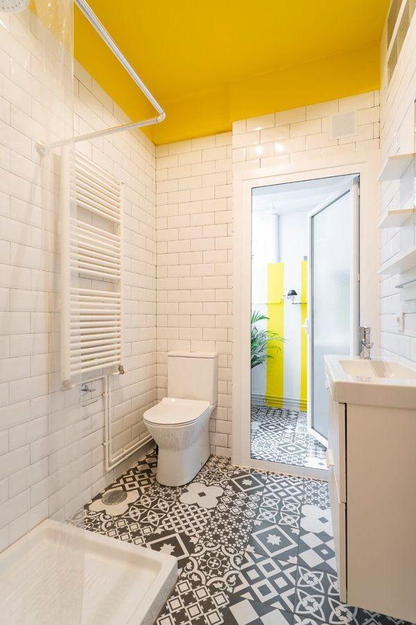 Baño con detalles en amarillo