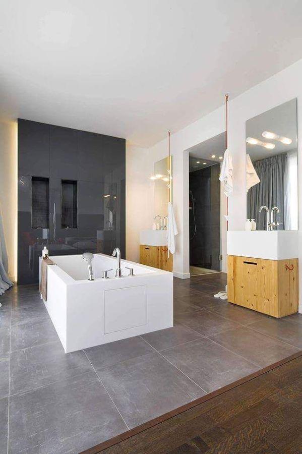 Baño con doble lavabo y bañera exenta