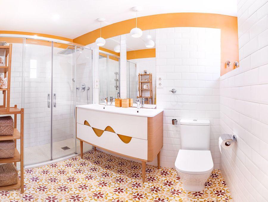 baño con ducha de estilo ecléctico
