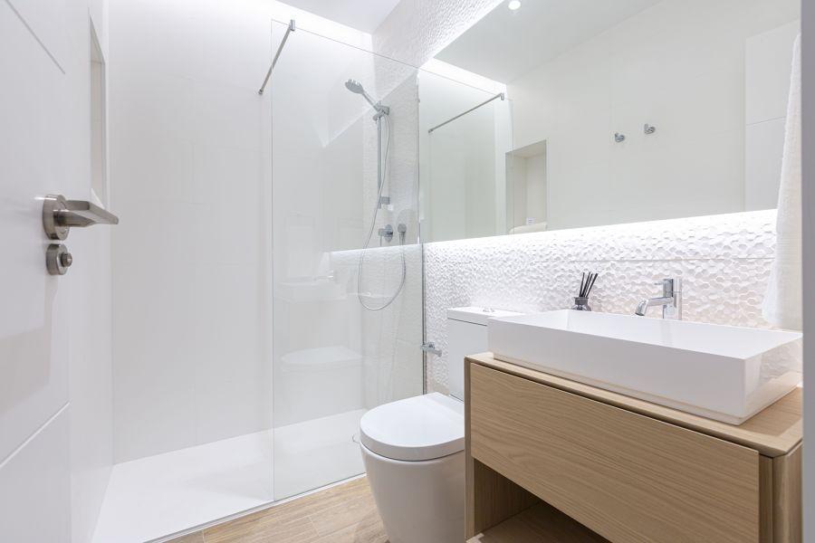 Baño con espejo retroiluminado