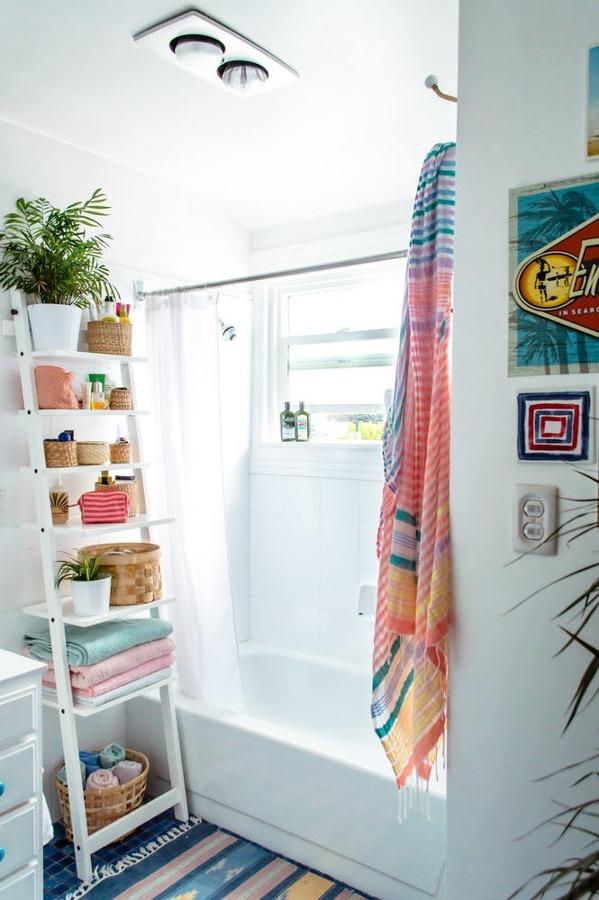 Baño con estantería de escalera
