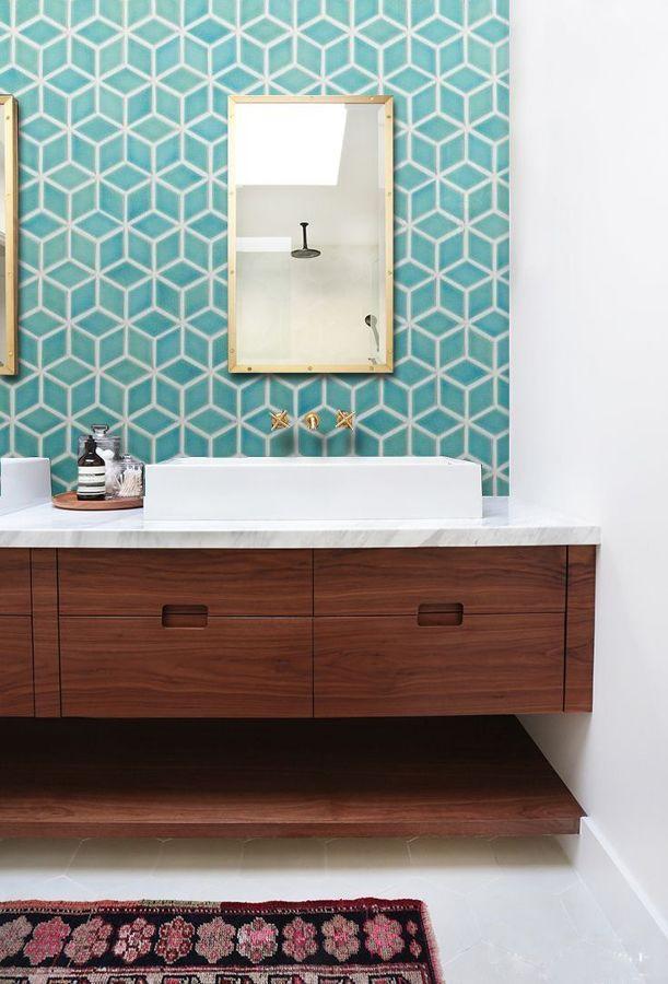 baño con frente porcelánico de inspiración geométrica
