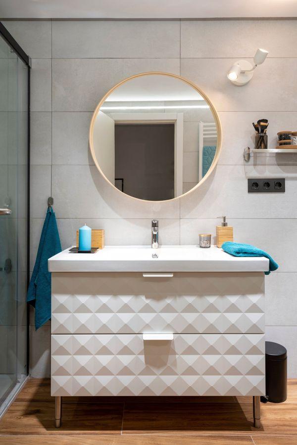 baño con frente porcelánico y mueble lacado efecto brillo