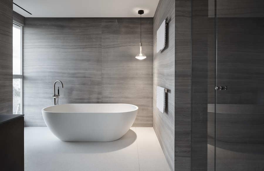 baño con gran bañera exenta