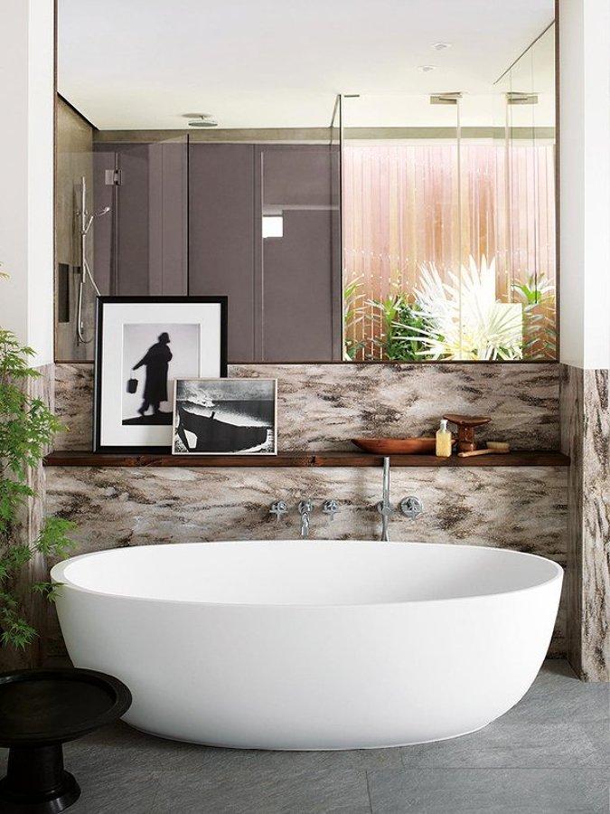Baño con gran bañera exenta de corian
