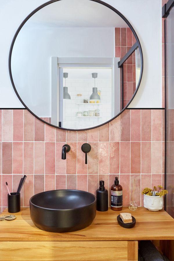 Baño con gran espejo redondo