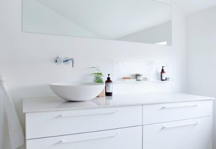Baño con lavabo apoyado sobre encimera