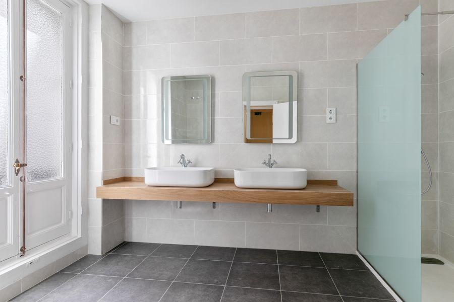 Baño con lavabo doble y estilo vintage