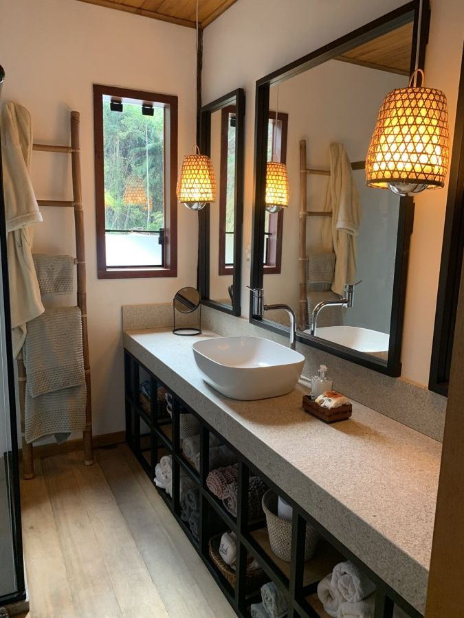 Baño con lavabo y doble espejo