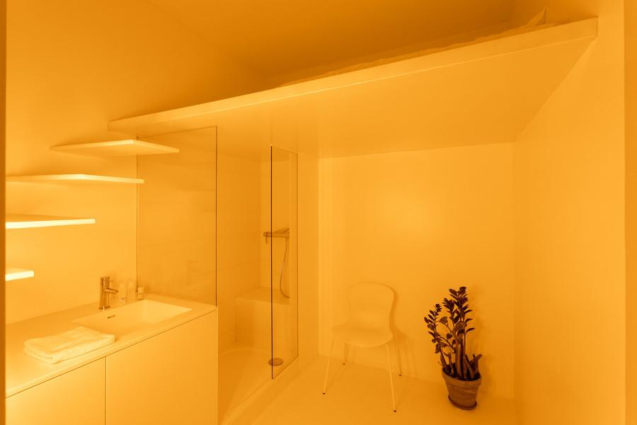 baño con luz artificial