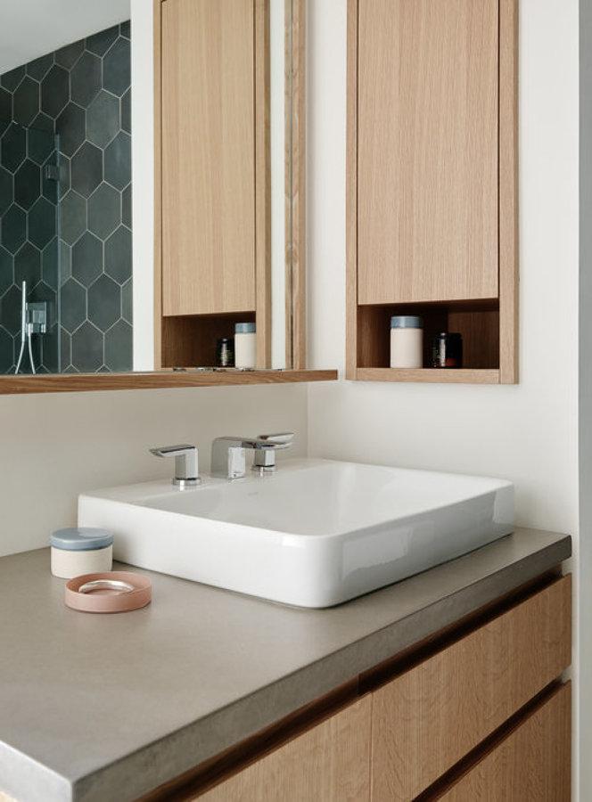 baño con mobiliario de madera