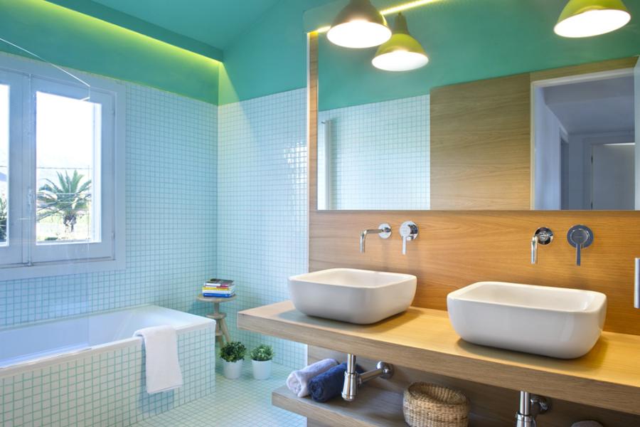 baño con mosaico de vidrio