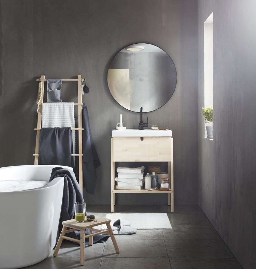 Baño con mueble de baño pequeño IKEA 21.