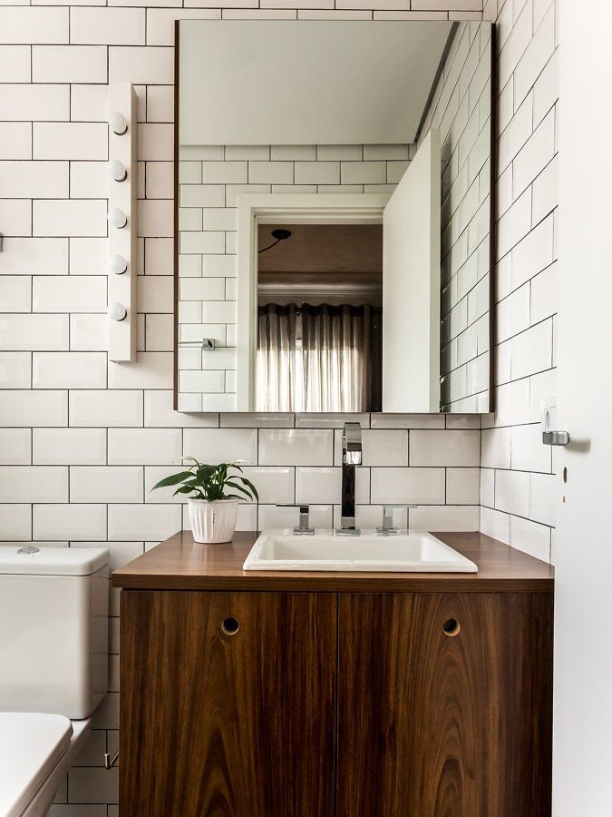 Baño con mueble de madera barnizado