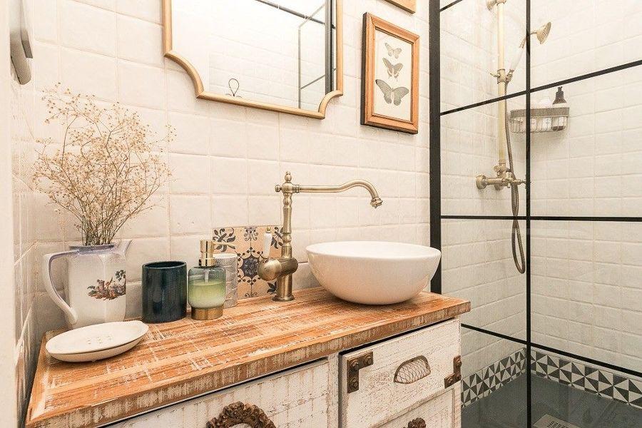 baño con mueble decapado