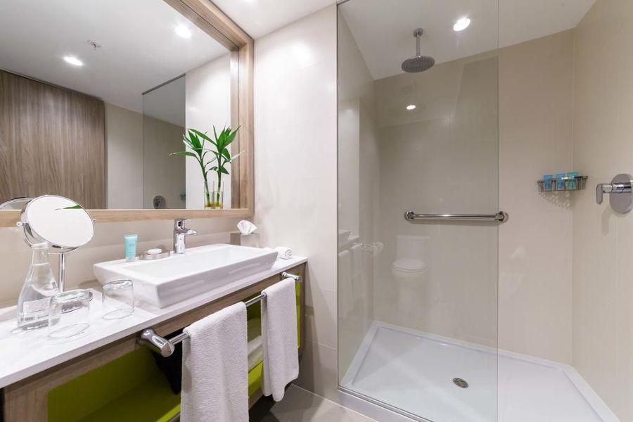 Baño con paneles de resina