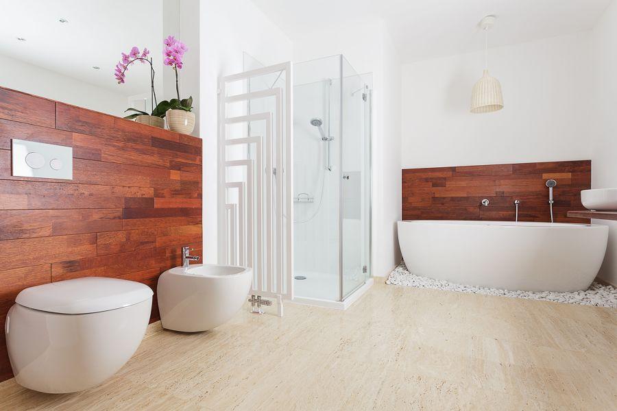 Baño con paneles decorativos de madera