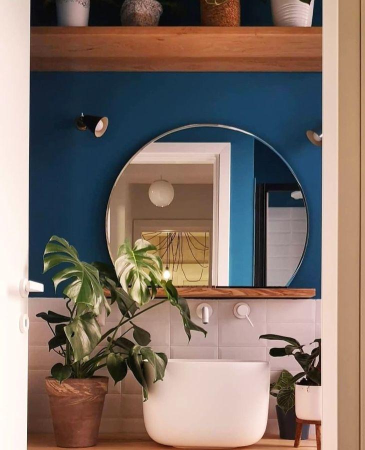 Baño con pared azul