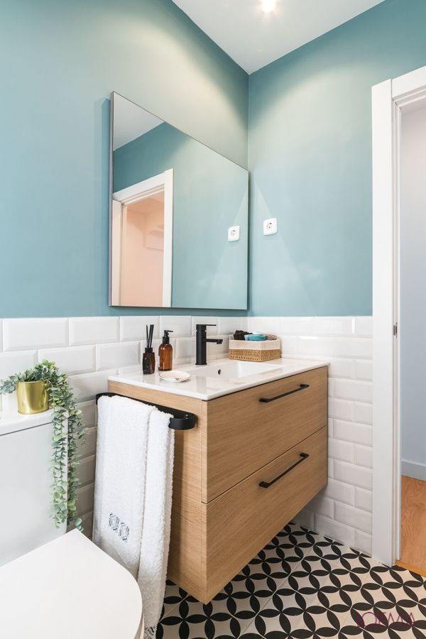 Baño con pared azul cielo