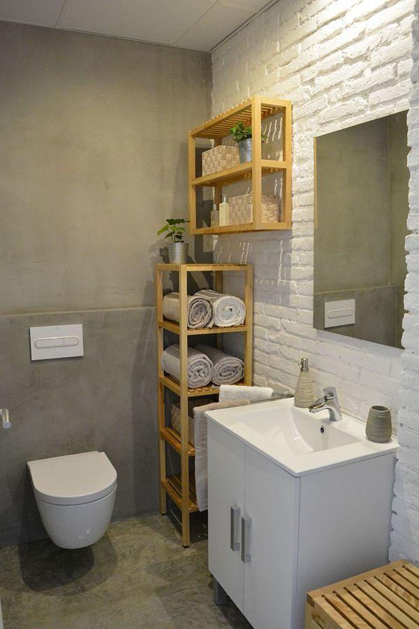 Baño con pared de ladrillo