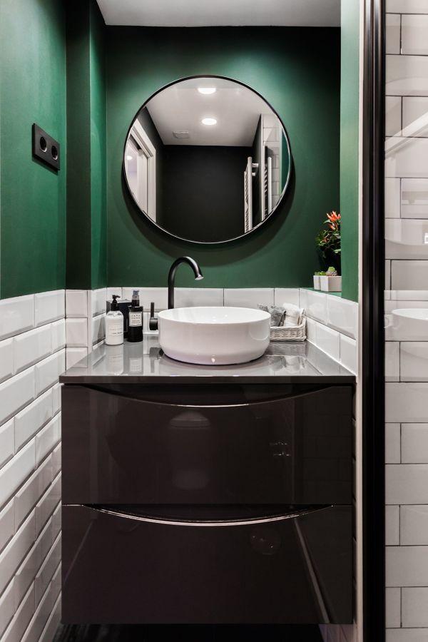 Baño con pared pintada en verde oscuro