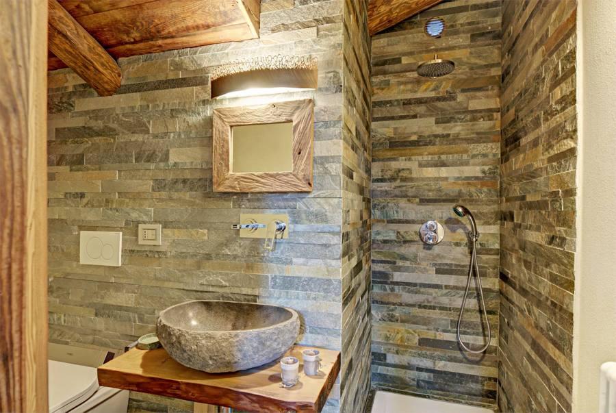 Foto ba o con pared y lavabo piedra de marta 954751 for Paredes revestidas con ceramicas