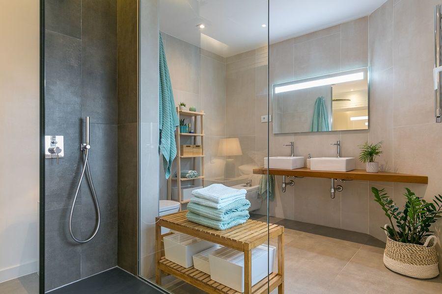 Baño con paredes en gris