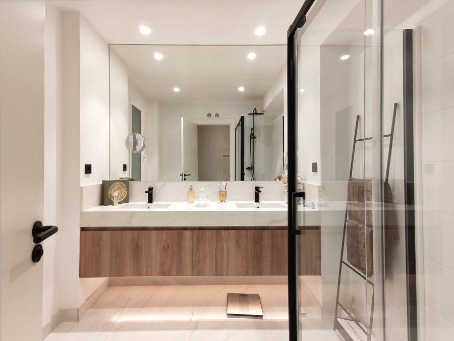 Baño con pavimento imitación mármol y sanitarios a medida