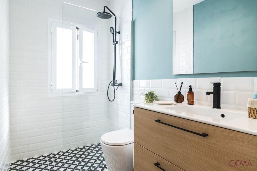 Baño con pintura en azul