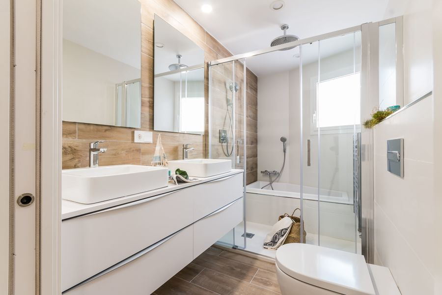 Baño con plato de ducha y bañera