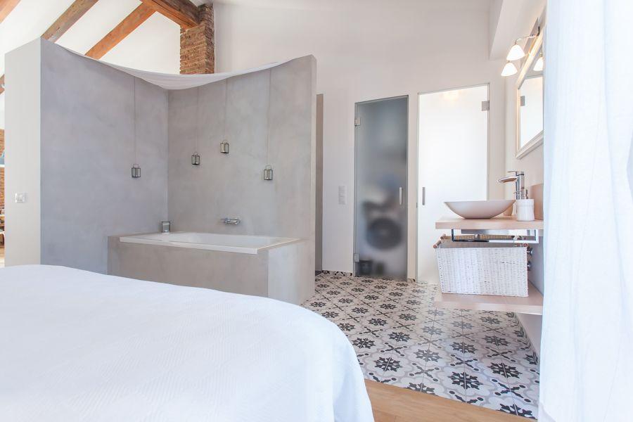 Baño con puerta abatible