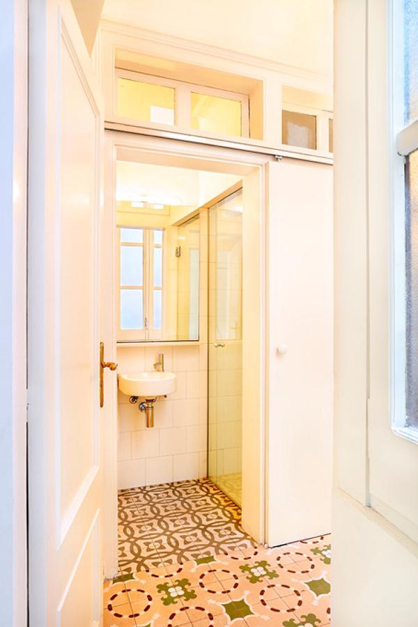Foto ba o con puerta corredera de lola mulledy 1301349 - Puerta bano corredera ...