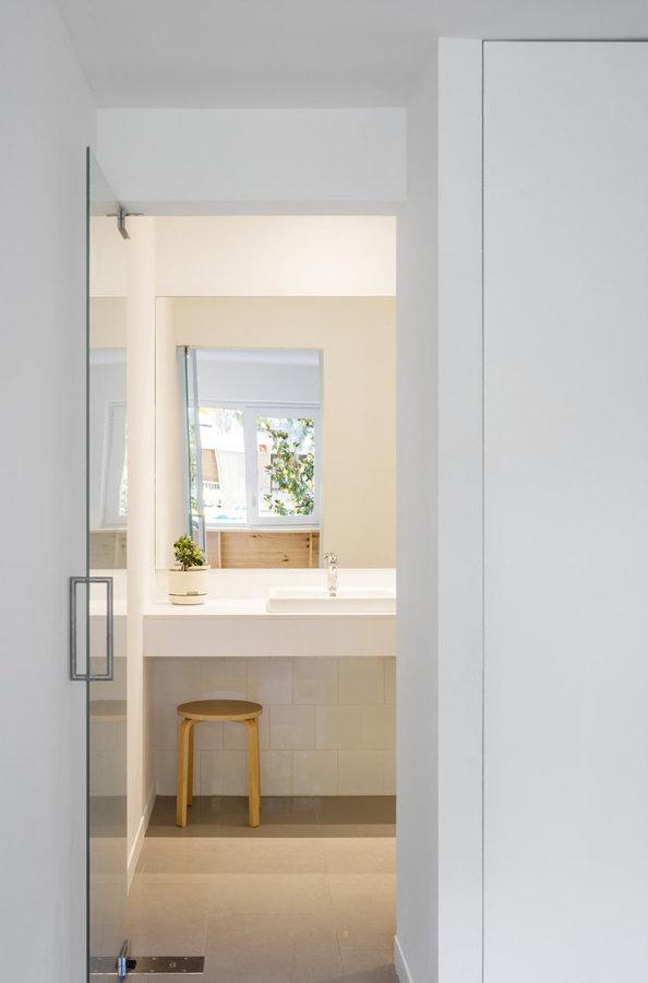 baño con puerta de vidrio