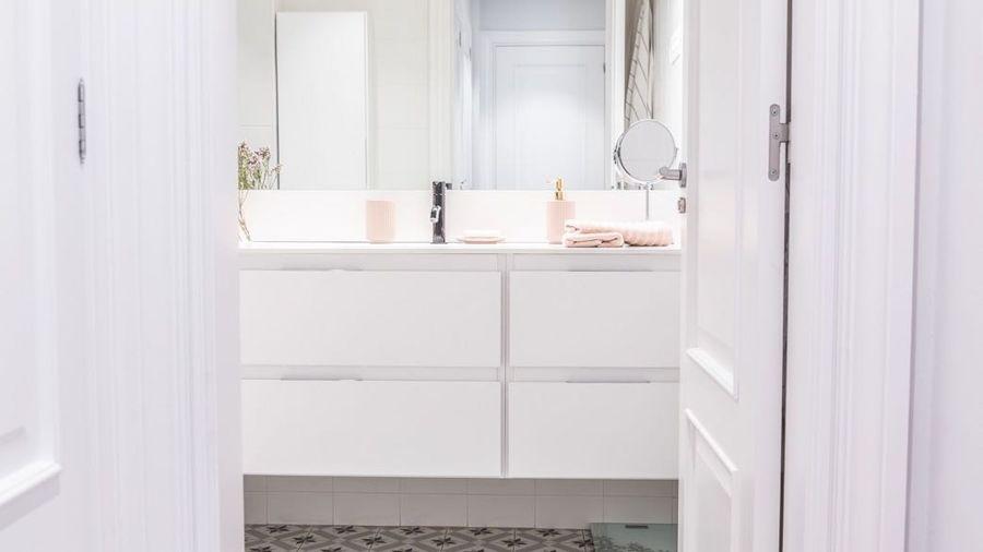Baño con puertas lacadas en blanco