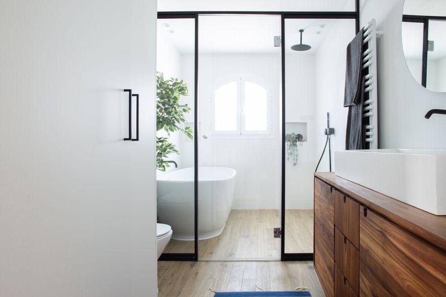 Baño con puertas separadoras de cristal
