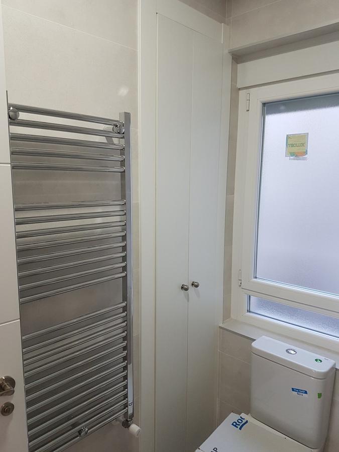 Baño con radiador toallero cromado