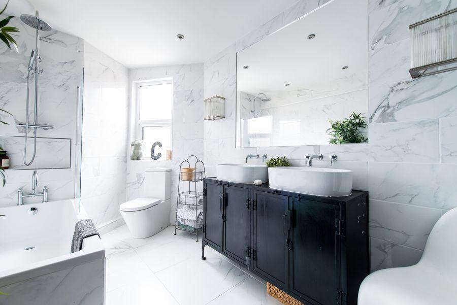 Baño con revestimiento porcelánico imitación mármol
