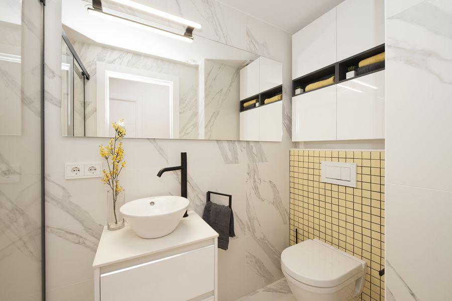 baño con revestimientos en mármol