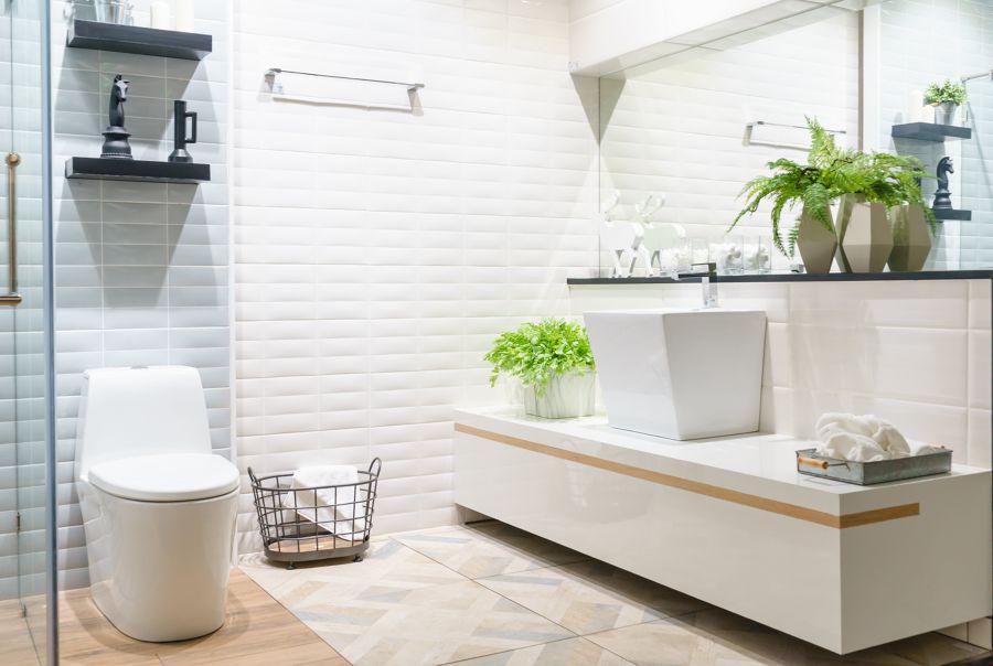 Baño con revestimientos porcelánicos y mueble lavabo a medida