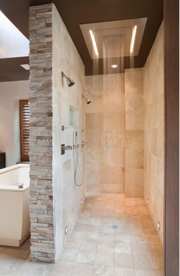 baño con rociador cascada empotrado en el techo