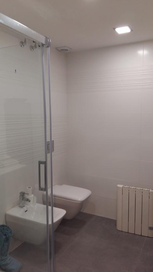 Baño con sanitarios suspendidos
