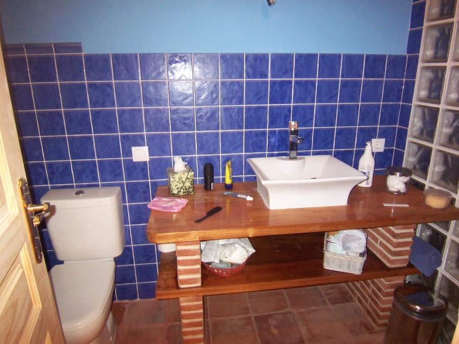 Baño con suelo de barro, encimera de jatoba, paves, etc...