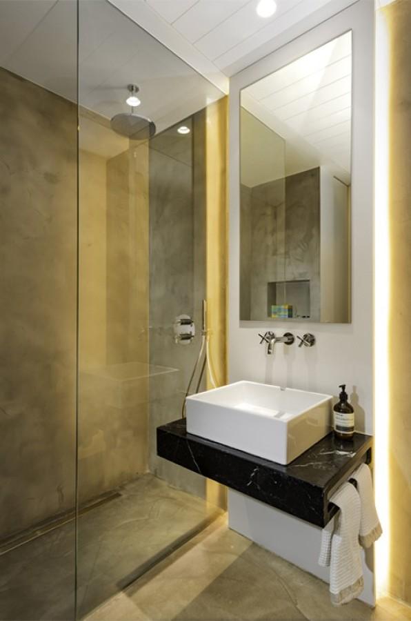 Baño con suelo de cemento pulido