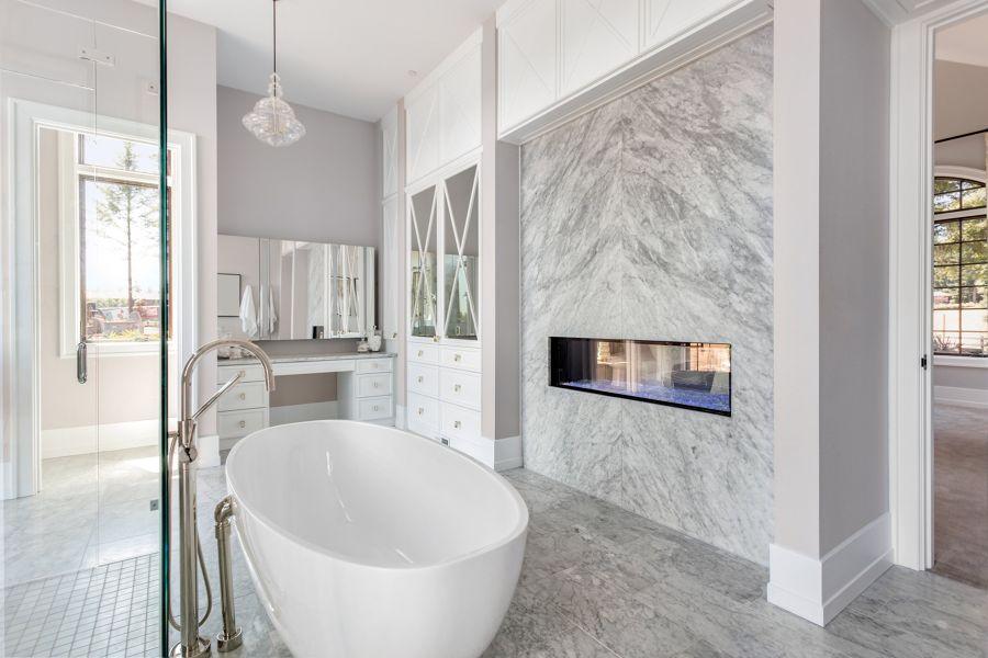 Baño con suelo de mármol