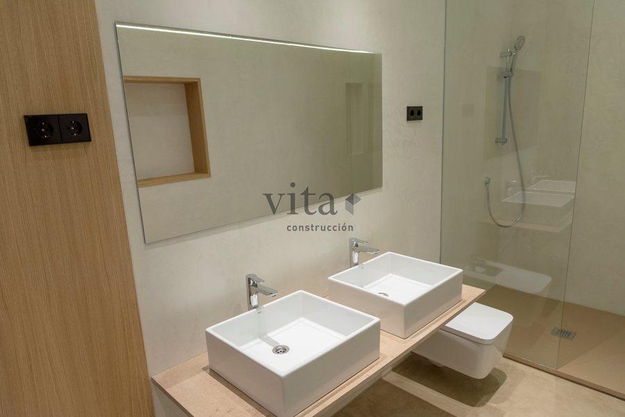 Baño con suelo y paredes en microcemento