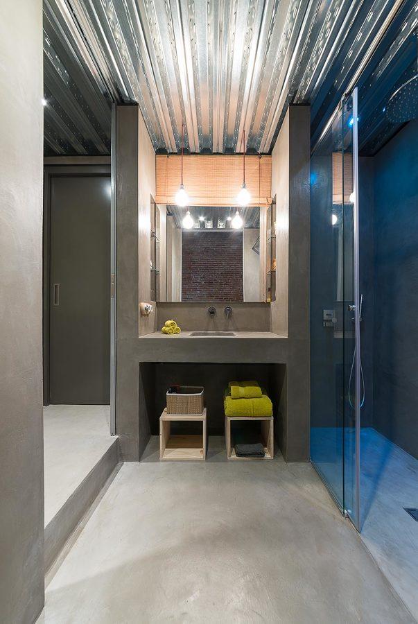 Baño con techo de chapa