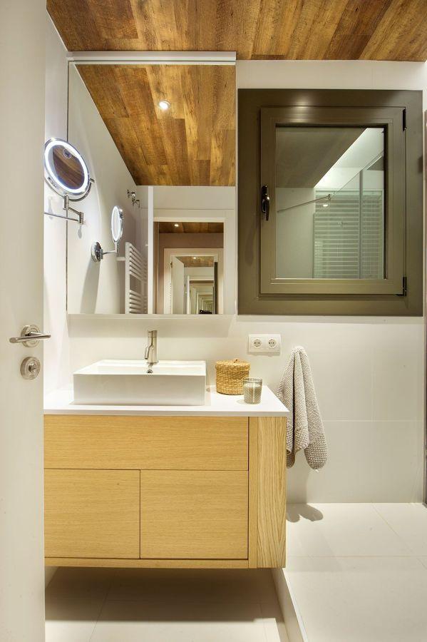 baño con techo y suelo de madera