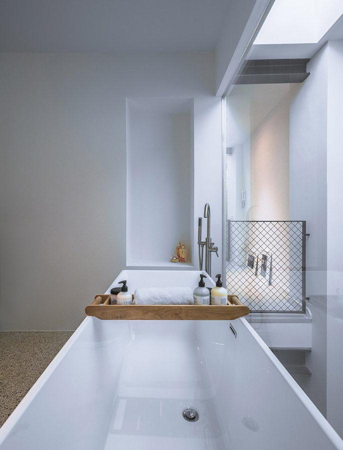 baño con techos altos