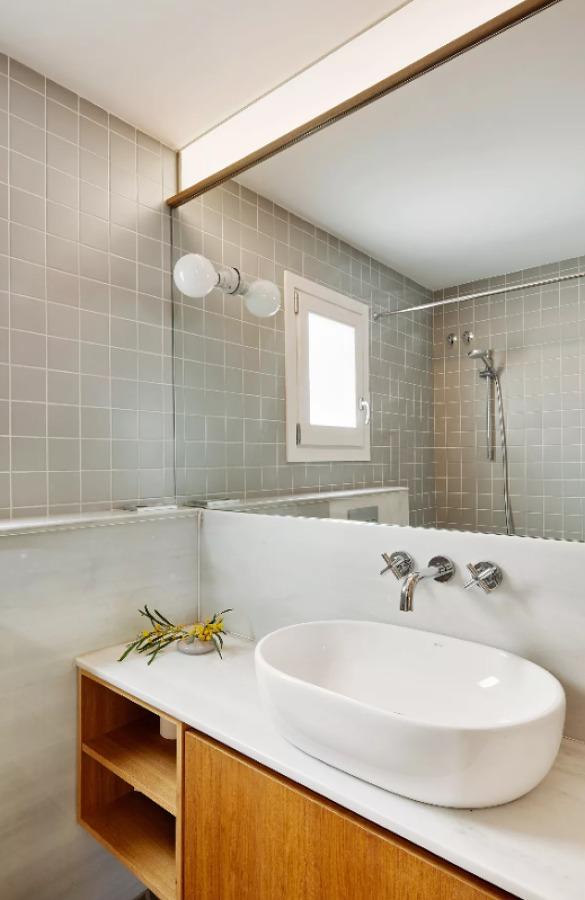 Baño con zócalo de mármol